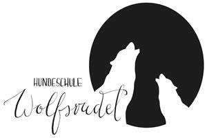 Logo der Hundeschule Niederrhein zeigt zwei heulende Wölfe und einen Schriftzug Hundeschule Wolfsrudel. Das Logo ist in schwarz und weiß gehalten. Die heulenden Wölfe sind schwarz und um Sie herrum ist ein weißer Kreis. So entsteht der Eindruck das die Wölfe für dem Mond heulen. Der Schriftzug Hundeschule Wolfsrudel befindet sich unten links und ist in Schreibschrift geschrieben